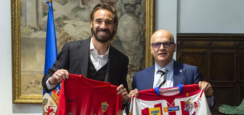 O presidente da Deputación de Ourense recibe ao futbolista Borja Fernández